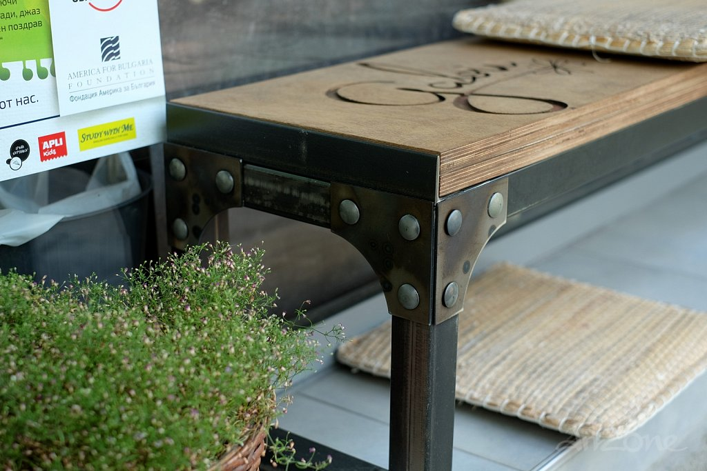 Дървена пейка с надпис и метални крака с коларски болтове