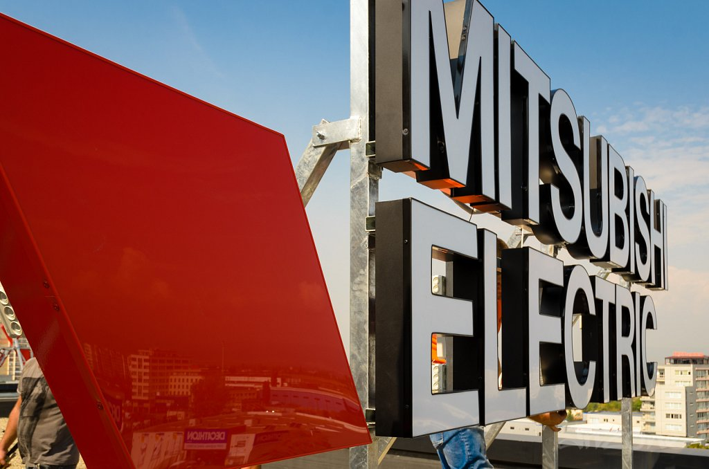 Покривна светеща реклама за бизнес сграда Mitsubishi Electricc]]