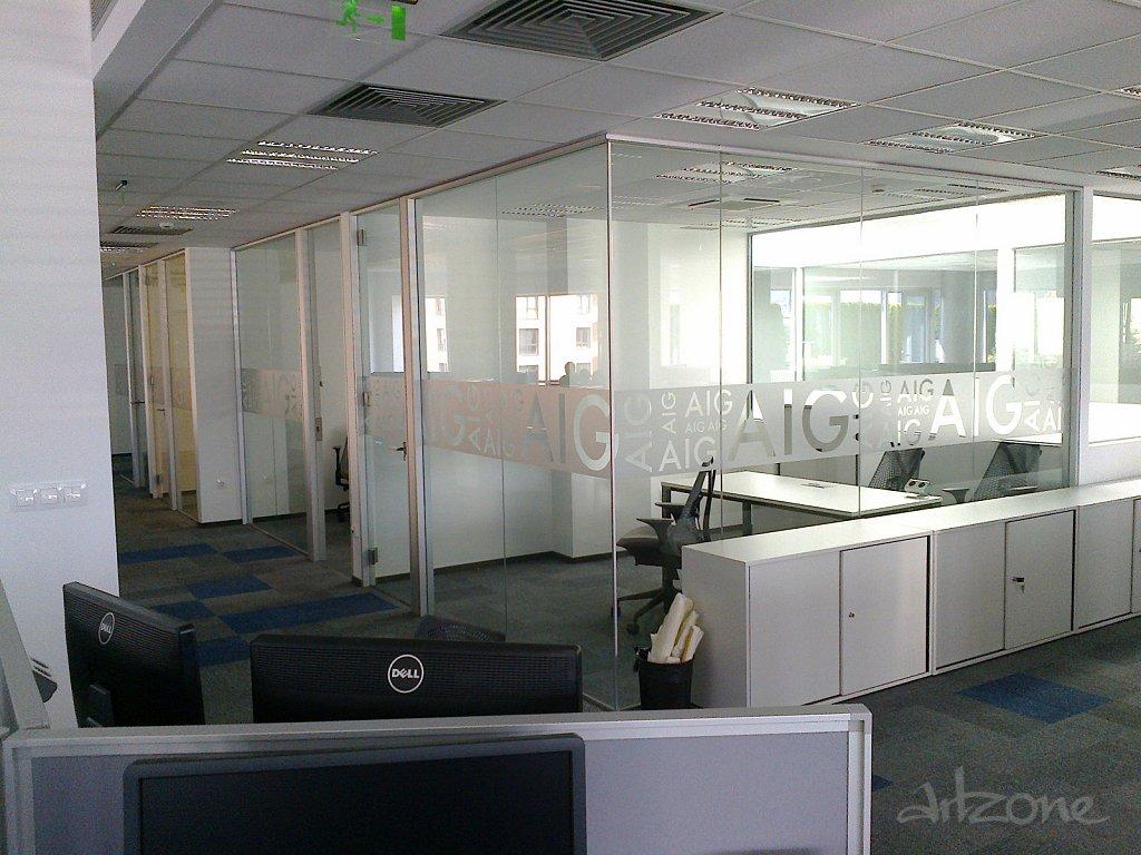 Брандиране на витрини на офис