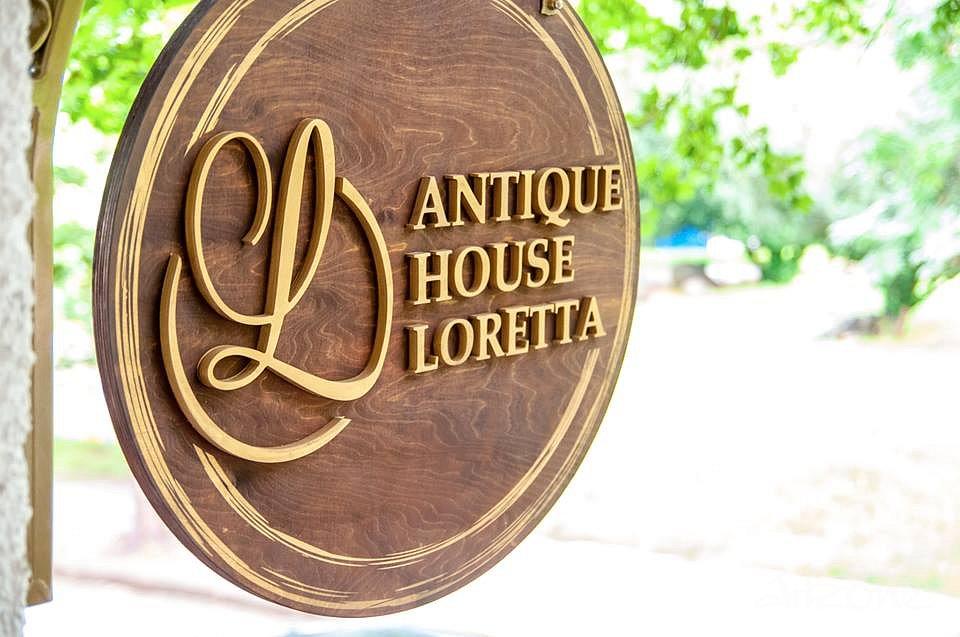 Дървена табела със лого в злато