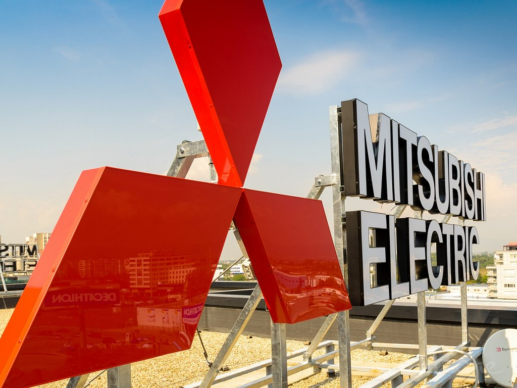 Покривна светеща реклама за бизнес сграда Mitsubishi Electric