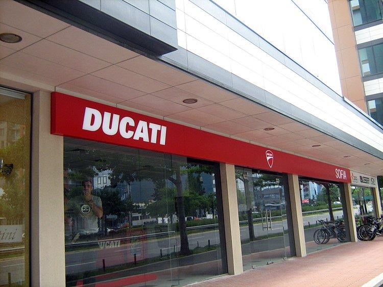 Светеща лед табела магазин DUCATI