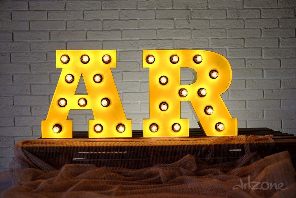 Светещи букви за декор при индустриален стил интериор