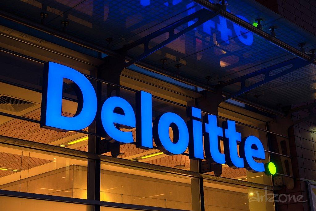 Светеща табела Deloitte светещи букви