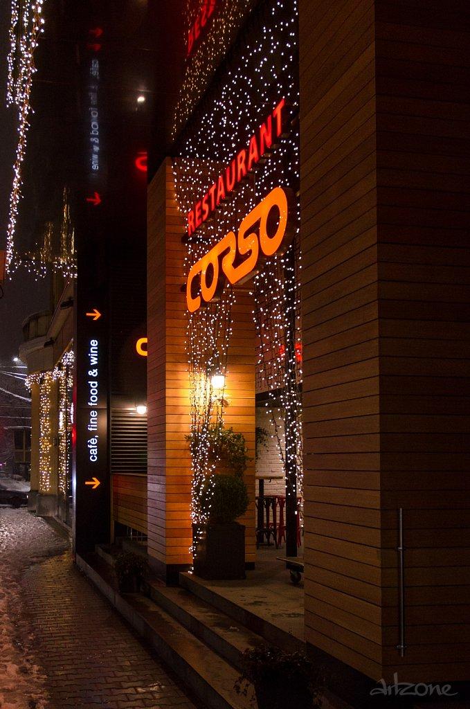 Светещи букви restaurant CORSO в центъра на София в червено и оранжево