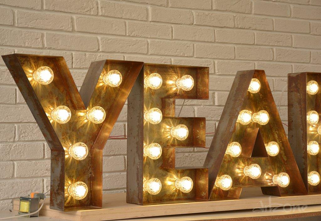 Обзавеждане  в индустриален стил – декорация за стена СВЕТЕЩИ БУКВИ YEAH! с диодни крушки