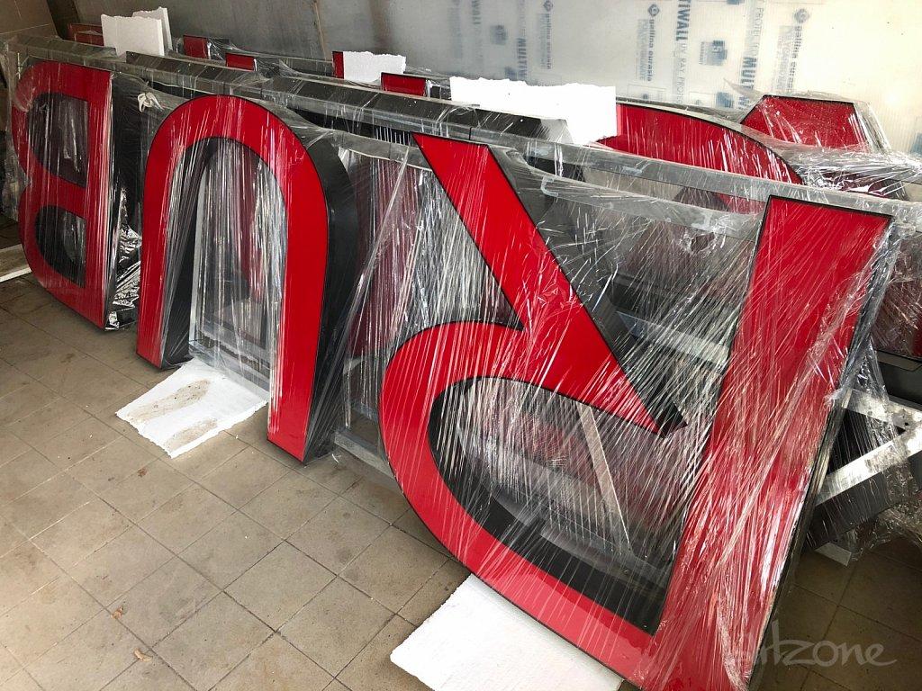 Червени букви с черни страници и кант
